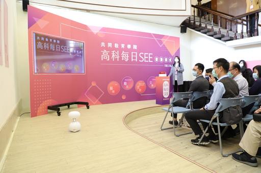 高科大每日SEE網路平台今天正式啟用。共同教育學院特別安排Zenbo機器人來搭配共同主持,機器人一邊進場一邊介紹本場活動,相當吸睛。這也展現高科大在程式教育上的努力和成果。