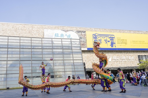 國美館「喜牛迎春─新春揮毫」由大明高中舞龍社開場。