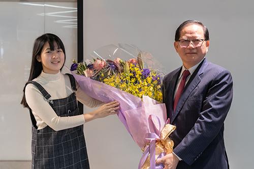 陳國恩講座教授小女兒代表東吳大學法學院獻花歡迎陳講座教授