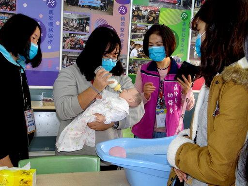 學員新手育兒餵奶,體驗為人母的辛苦。