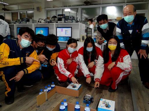 學員親自操作機器人競賽,既緊張又刺激。
