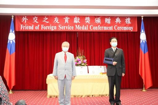 吳釗燮部長頒獎表揚榮獲「外交之友貢獻獎」的中國醫藥大學林昭庚教授。