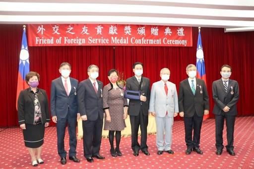 吳釗燮部長與榮獲「外交之友貢獻獎」的七位個人及團體合影。
