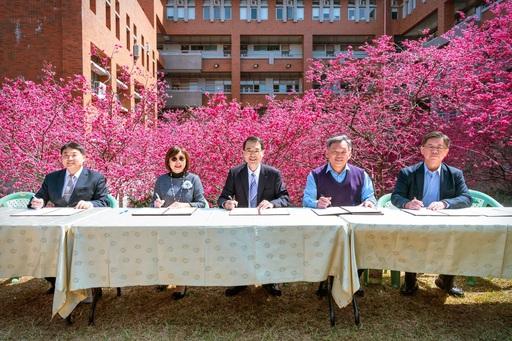 2月20日暨大校長武東星(中)和台中二中、虎尾高中、惠文高中、中科實中等4所高中校長在暨大管理學院的櫻花林共同簽署合作協議書。