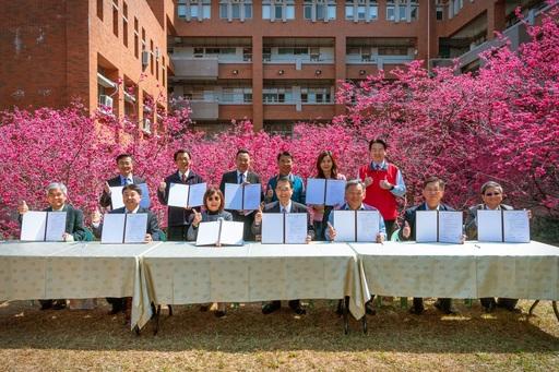 暨大攜手12所高中成立12+1「櫻花聯盟」,暨大武東星校長與12所高中校長於暨大管理學院櫻花林合影。