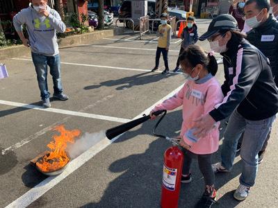 大葉大學讓新竹關西民眾演練滅火器操作