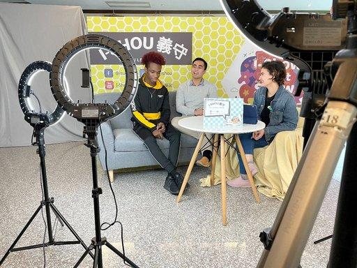 義大國際生自行錄製、拍攝與剪輯節目,學習如何擔任Youtuber。(義守打學提供)