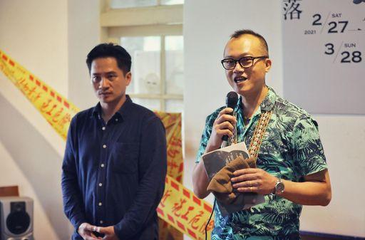 財團法人原住民族文化事業基金會執行長瑪蓋丹(右)恭賀策展人杜逸帆(左)展出順利