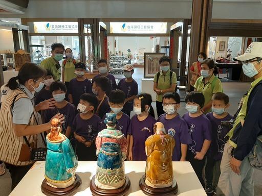 透過導覽解說讓學童認識工藝家創作理念