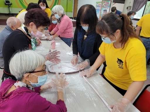 南臺科大高福系學生向金華社區長者們的學習搓湯圓之技巧。