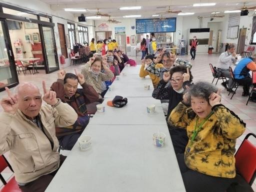 金華社區長者比出可愛牛角祝福大家牛年快樂之活動合影。