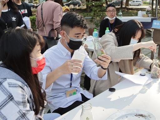 長庚大學工設系同學在共識營中參與多元課程。