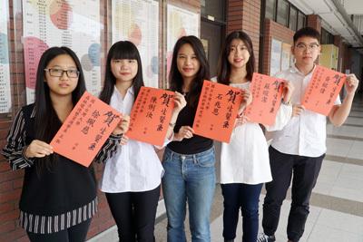 大葉大學生醫系大四生徐珮慈(左一)、陳俐汝(左二)、石兆恩(中)、蘇暄潔(右二)、黃銘偉(右一)金榜題名台大