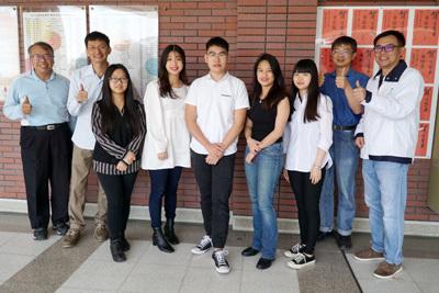 大葉大學生醫系主任黃尉東(右一)與系上老師恭喜五位學生錄取台大研究所
