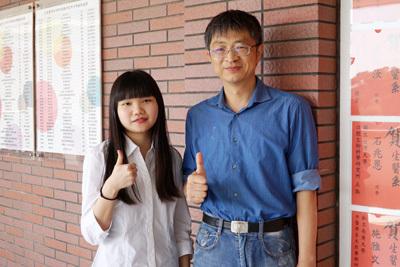 大葉大學生醫系游志文老師(右)肯定陳俐汝(左)的學習表現