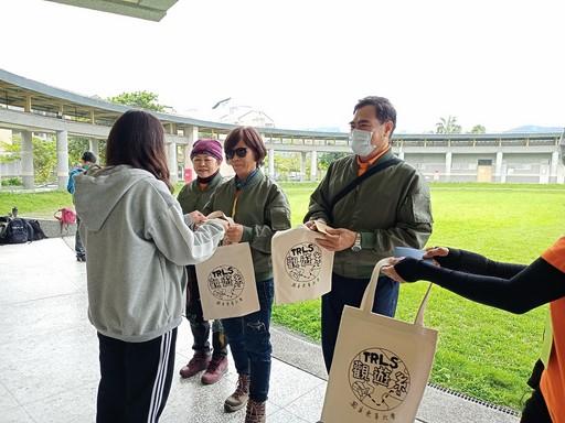 學生們送上親筆書寫的祝福小卡與觀遊系紀念提袋