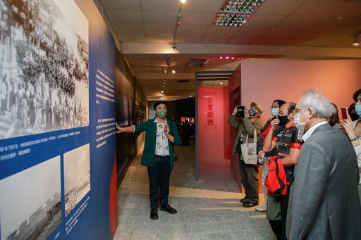 策展人蘇致亨為與會貴賓導覽「剪出來的電影史:戰後電影審查特展」