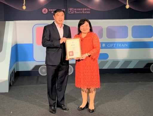 星展銀行(台灣)人力資源處負責人盧方傑(左)代表銀行出席領獎。