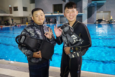 去年大葉大學運健系畢業的劉冠廷(右)、陳俋呈(左),考取國際證照後都成為潛水教練