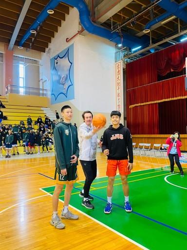 藍球博士鄭志龍為宏國德霖盃三對三籃球錦標賽開球示,現場有不少粉絲見到心目中球星一時感到緊張與期待。