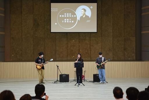 南臺科技大學流行音樂系學生於「通識教育大師講座」開場獻唱之情形。