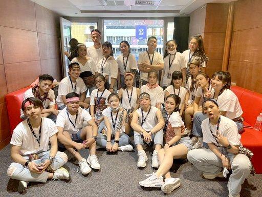 國際表演藝術社團員們精心準備圖騰布料裝飾服裝,展現異國風情。(義守大學提供)