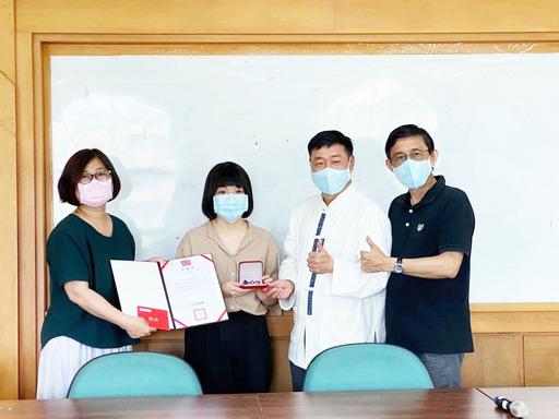 景文科大視傳系柯婉怡(左2)獲獎接受師長表揚。