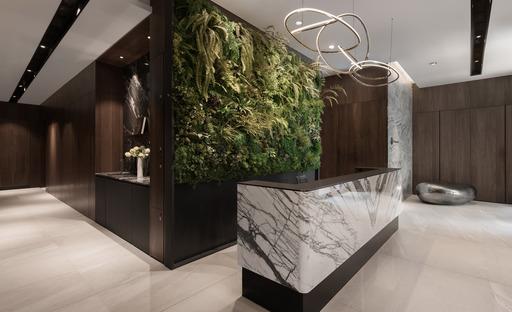 透過綠色植物、木材和石頭等素材的自然紋理來營造深沉而寧靜的氛圍。