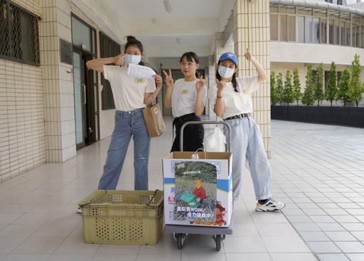 守旺團隊販售組在校園推廣鳳梨