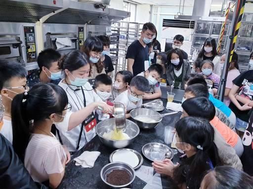 景文科大教導家扶孩童製作蛋糕提前過母親節。