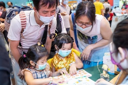 全家闖關活動通過10關即可領取贈品,藉由本活動增進親子互動。