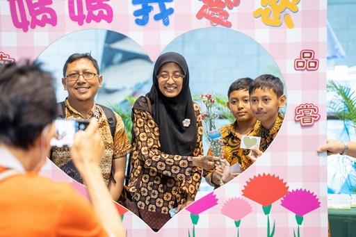 母親節活動「獻花報親恩」孝親儀式,溫馨氣氛感動許多人。