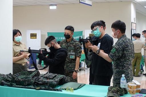 圖說二:參與同學在國軍南區服務中心體驗打靶