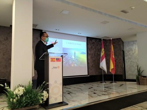 2.劉大使向Ciudad Real省扶輪社會員廠商演講。