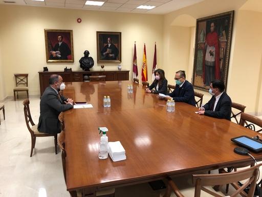 5.劉大使拜會卡斯提亞拉曼查大學校長José Julián Garde(左一)