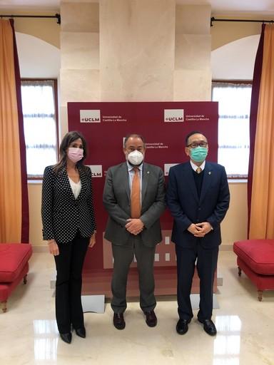 6.劉大使與國會眾議員Rosa Romero(左一)及卡斯提亞拉曼查大學校長José Julián Garde (中)合影