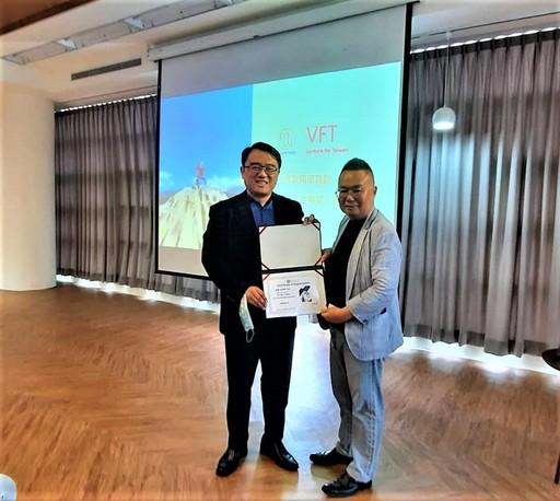 通識教育中心陳復主任頒發感謝狀給彭思舟博士