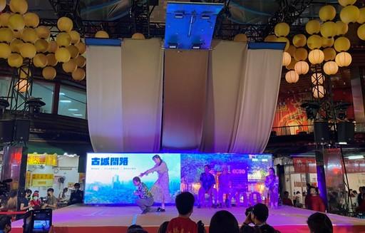 表演舞者演出由觀眾編導的「忘情KTV」