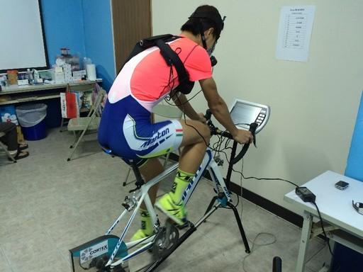 休閒運動員騎乘腳踏車進行HIIE運動