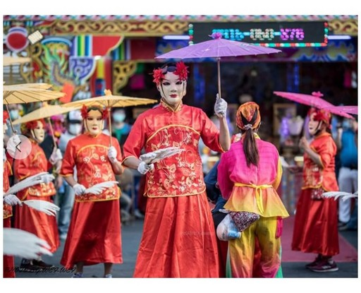 圖1反串扮演「民俗牛犁陣」的負責人陳永宏(右1)