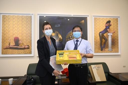 國美館汪佳政副館長(右)致贈紀念品予瑞士萊貝絲副處長