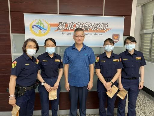 母親節臺東縣警察局長致贈防曬乳液,祝賀警局媽媽們母親節快樂