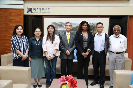 貝里斯新任駐臺大使碧坎蒂(右3)拜訪興大,由薛富盛校長(右4)等人接待。