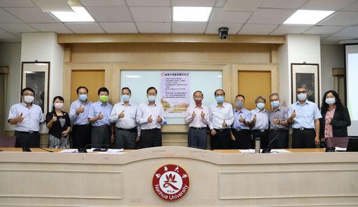 南華大學推動環境永續,林聰明校長(右7)簽署「綠色辦公」宣言,一級主管見證合影。