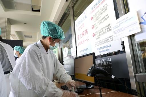 花蓮慈濟醫院於出入口施行實名制登記,並將開設藥來速戶外領藥窗口等防疫便民服務。