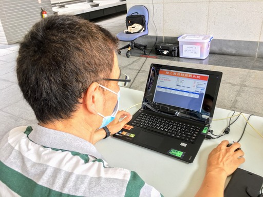 資訊中心同仁利用教職員工的刷卡簽到系統,修改成線上實名制登錄系統。