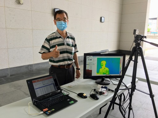 聖約翰科技大學研究發展處陸家樑研發長兼電機工程系主任帶領電機系研究團隊和資訊中心同仁,以極低成本研發紅外線人體感溫監測系統。