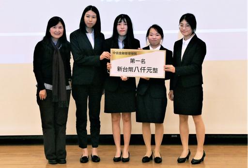 第二屆「AI智慧創新應用競賽」課程組由財務金融學系學生許惠婷、李倩芸 、張婷鈞、吳佳錡的智能友善過路裝置「GIANT-AILIGHT」奪下第一名(中信金融管理學院提供)