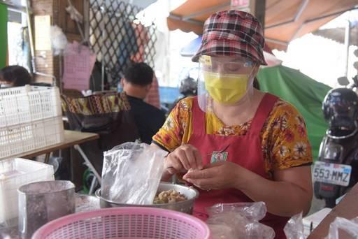 端午平安一起「罩」 縣府發放市場攤商防護面罩