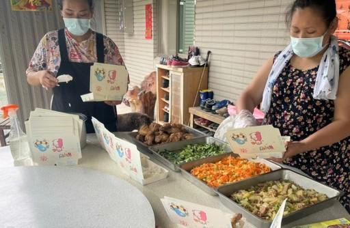 「烏來區福山站」照服員正在備餐。